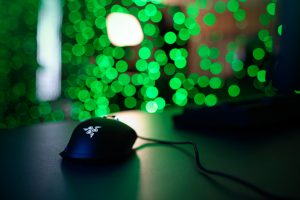 Mouse con logo Razer e luci Twinkly in background